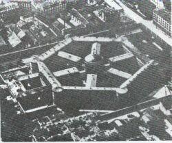 Prisão de Petite Roquette (Segundo o modelo Panóptico). In: FOUCAULT, M. Vigiar e Punir. Petrópolis, Vozes, 1987.