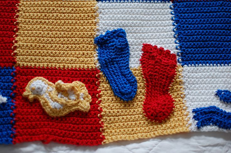 Detalj svensk-kanadensisk bäbisfilt, storasyster Hannahs fötter. Detail swedish-canadian baby-blanket, big sister Hannah´s feet.