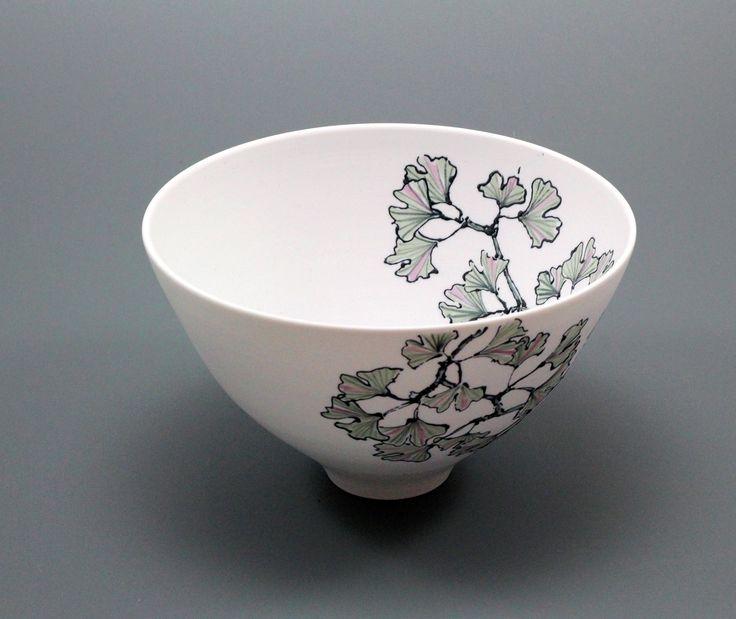 Wied en Diederik Heyning. Flowers on porcelain Witte porseleinen schaal, decoratie met zwart slib. Gestookt in gas oven op 1260⁰ C.