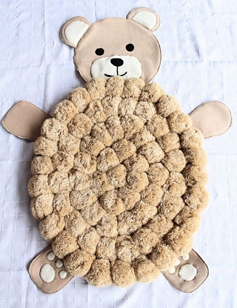 Pensar en una situación simple: Te despiertas en la mañana. Poner los pies en el suelo... y ¿qué pasa? Sientes la suavidad bajo los pies - acaba de comenzar su día y que va a ser grande! ¿Quieres cayeron como este cada día? Date un poco de lujo en la mañana :)  Este oso en forma de alfombra de pom pom permitirá a tus seres queridos para sentirse de esta manera cada día.  Esta alfombra será un regalo de la ducha de bebé único o un regalo recién nacido - es la tía perfecta que dio tal un…