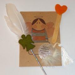 Defter ölçüleri: 15 cm x 21 cm. Set halinde satılmaktadır. Kitap ayracı, kalem, defter ve magnet şeklinde olumlama cümlesi içermektedir. Olumlama Notu: Kalbimi meleklerin mucizelerine açıyorum.