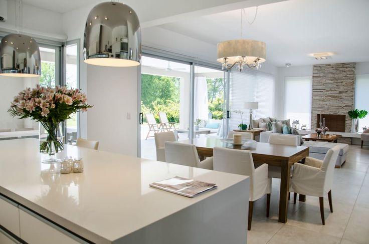 Mirá imágenes de diseños de Livings estilo moderno}: espacio integral. Encontrá las mejores fotos para inspirarte y creá tu hogar perfecto.