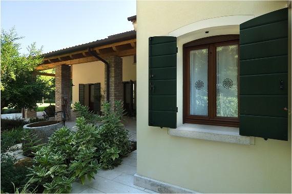 Scuri in multistrato con scandole fresate laccati - Lacquered shingled wooden shutters