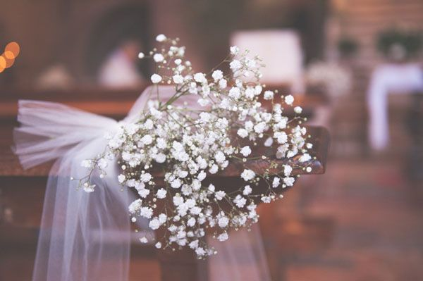 tulle and gypsophila church decor http://weddingwonderland.it/2015/05/15-idee-la-cerimonia-in-chiesa.html
