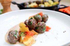 Kjøttboller med ovnsbakte poteter, gulrot og brunsaus