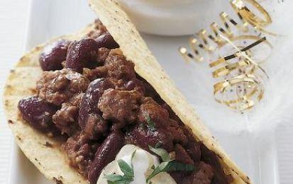 Tacos con carne - I tacos con carne sono un ottimo piatto unico per una cena tra amici, magari tutta messicana. Sono preparati con le tortillas messicane ripieni di carne, formaggio, lattuga e pomodori, ovviamente il tutto con peperoncino e chili.