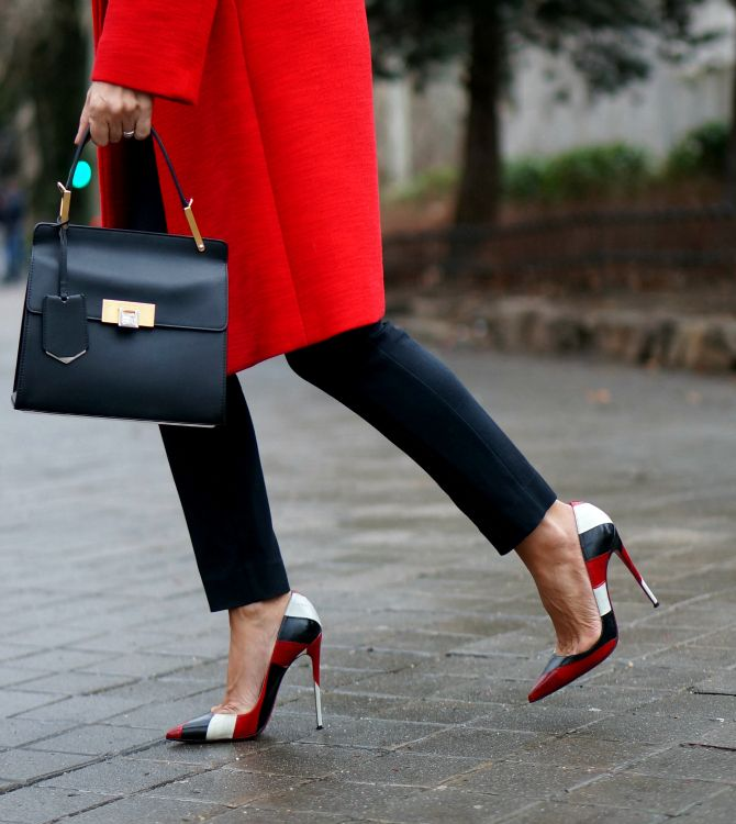 CON DOS TACONES: BLACK & RED