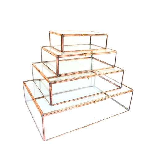 Deze glazen bakjes van Doing Goods zijn niet aan te slepen! Leg er je mooiste sieraden, treasures of zonnebrillen in, en dit chique woonaccessoire is geboren.  Deze kistjes worden per stuk verkocht, en zijn in 4 verschillende formaten verkrijgbaar. Heb je ze liever in het goud? Dan zijn deze glazen bakjeswat voor jou: Gouden glazen bakje  Materiaal: glas & brass Kleur: goud  Maat: S: 17x10x5cm M: 22x15x5,5cm L: 27,5x20x7cm XL: 35x25x9cm