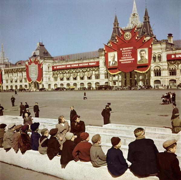 Юные посетители Мавзолея Ленина ждут своей очереди. Красная площадь. Москва. СССР. 1947г