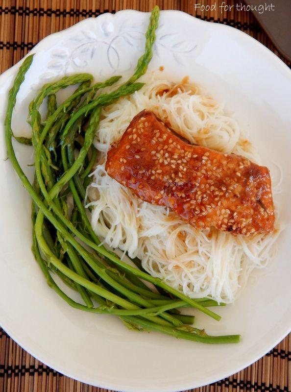 Ασιατικός σολομός με νουντλς ρυζιού http://laxtaristessyntages.blogspot.gr/2015/05/asiatikos-solomos-me-nudls-ryziou.html