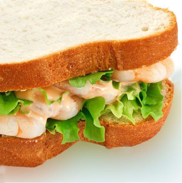Este sándwich de gambas al ajillo es una solución nutritiva y sabrosa para improvisar un bocadillo especial para llevar o para una cena rica y rápida.