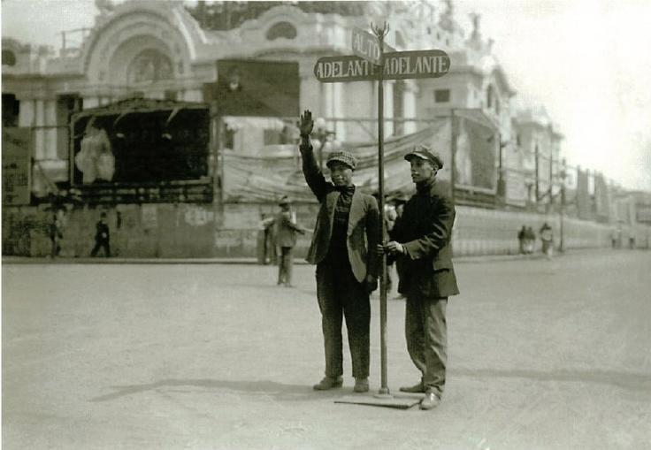Antes los semaforos, frente al Palacio de Bellas Artes en el centro de la Ciudad de México.