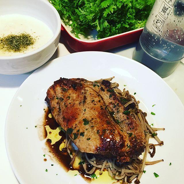 晩酌終了です。 ・豚もも肉グリル ・長芋とろろ ・わさび菜 豚ももにはブラウンえのきのアーリオオーリオを添えて✨ 〆に煮干しラーメン🎶 なかなかの煮干し具合で〆にピッタリでした😃 #晩酌 #晩ご飯 #おうちごはん  #うちごはん #肉 #肉塊 #carne  #maiale #dinner #カップラーメン  #煮干しラーメン #ラーメン