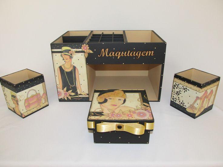 Um charme de organizador. Perfeito para organizar suas maquiagens e enfeitar seu quarto, seu banheiro. Este organizador de maquiagem em mdf, foi decorado com decoupagem e relevo transparente em alguns detalhes. Acompanha a caixa organizadora dois potinhos para seus pinceis, lápis e uma caixinha. Medidas do organizador: 18x28x16.  Medidas dos potinhos: 7,5x7,5x9. Medidas da caixa: 11x11x6.