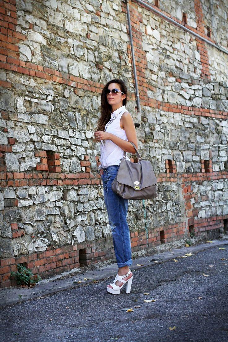 un outfit casual con jeans strappati stile jeans boyfriend abbinati ad un paio di sandali bianchi occhiali da sole gucci Postina® Original Silk Acacia