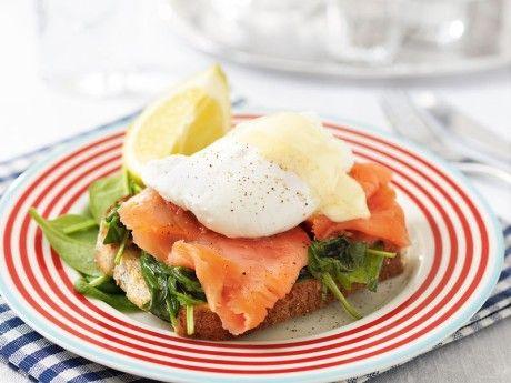 Recept på den lyxiga brunchrätten ägg benedict med rökt lax, pocherat ägg och tryffel-spenat. Har du ingen tryffelolja hemma blir det väldigt gott utan också.