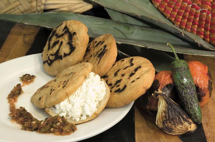 Las gorditas son un antojito mexicano muy popular, están hechas con masa de maíz y rellenas con ingredientes como el requesón. ¡Ideales para acompañar con una sabrosa salsa roja picosita!