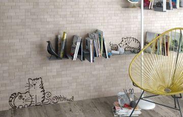 Новая серия керамической плитки Marlon от Vives привносит в привычный индустриальный стиль немного баловства. Очаровательные котики – главные герои серии. «Кошачьи» декоры Nuney состоят из четырех различных вариантов и добавляют интересный штрих в коллекцию.    В качестве фоновой плитки дизайнеры испанского бренда предложили имитацию кирпича в формате 20x50 см и оттенках: Arena, Beige, Natural, Nieve, Gris и Grafito.    Приобрести новинку Marlon от Vives можно в магазинах АГРОМАТ.