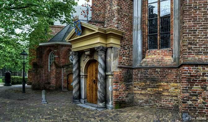 De grote kerk in leeuwarden. Met wapenschild en de appeltjes van oranje. Ons koningshuis heeft zijn roots in Leeuwarden.