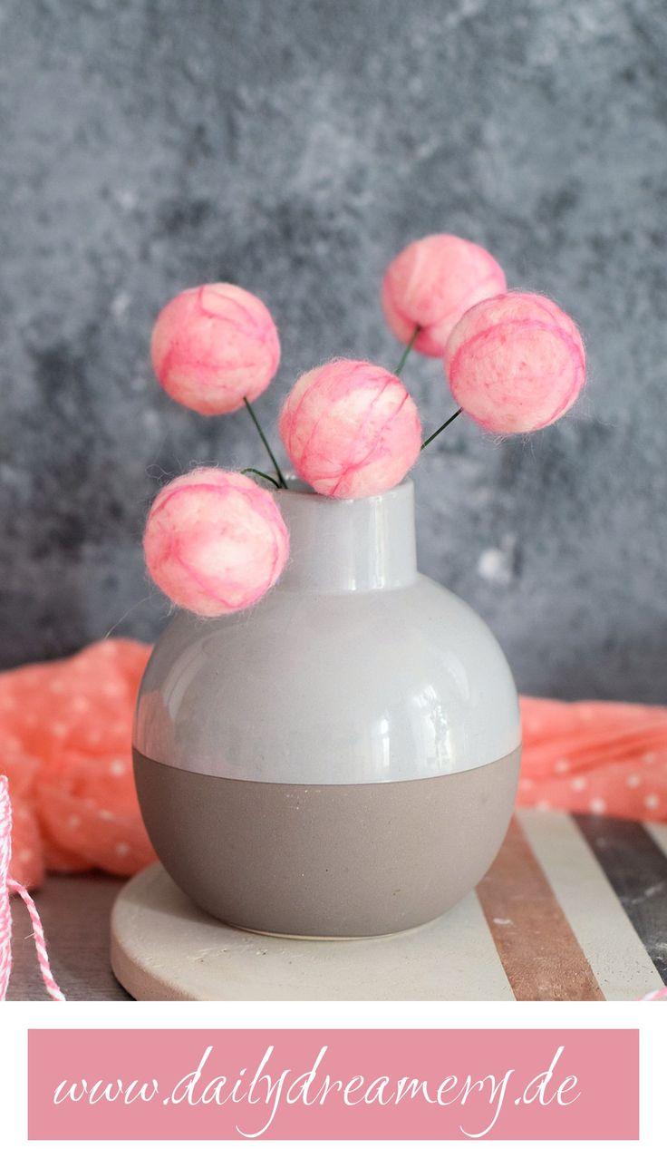 Mit diesen fröhlichen Deko-Blumen aus Filz peppst du jeden Raum ganz easy auf. Die kleinen kugeligen Blüten verblühen nie und passen in jedes Zuhause.#diy #needlefelting # diydecor