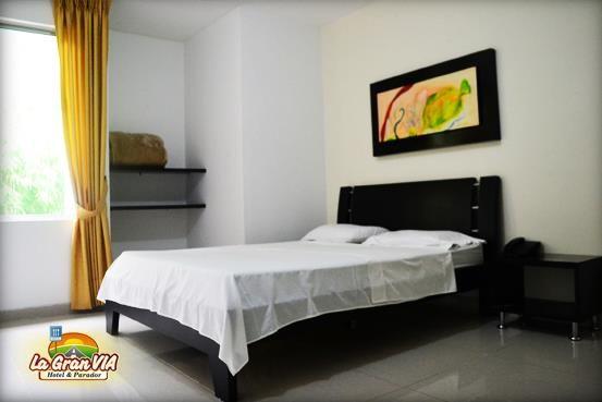 Habitación pareja: 1 cama de 1.40 m de ancho: $55.000, Tv, mesa de noche, citofono y baño privado.