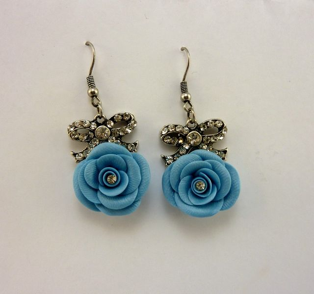 Orecchini in FIMO fatti a mano con rosa blu e brillantino - Azure blue roses in fimo polymer clay handmade with ribbons