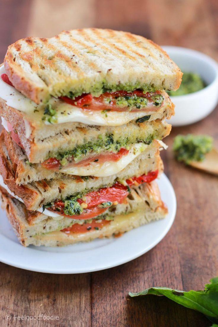 Hausgemachtes gegrilltes Mozzarella-Sandwich mit Pesto und Tomaten, das einfach zu