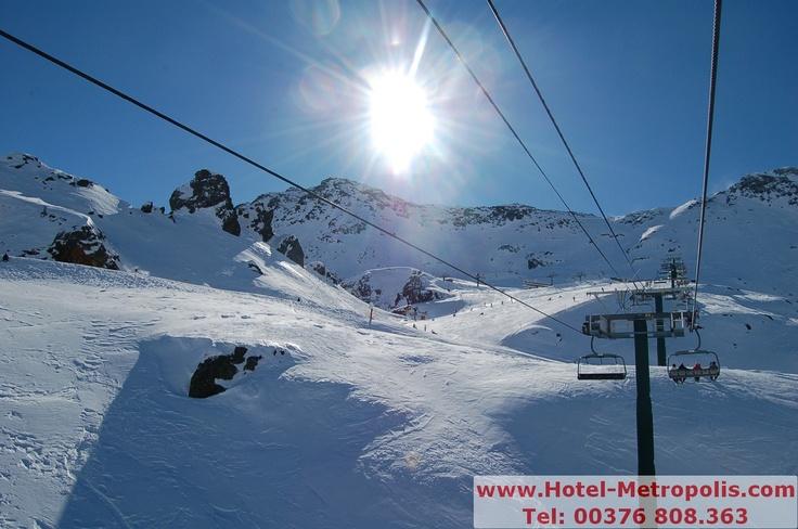 HOTEL METROPOLIS ESCALDES ANDORRA a150 metros Spa Welness CALDEA y junto la avenida comercial de Andorra.   El Hotel Metropolis sólo a10 km de las Estaciones Esquí de Vallnord (Pal, Arinsal y Ordino Arcalis)   y Grandvalira (Funicamp, Soldeu El Tarter, Parador Canaro, El Peretol,   Grau Roig y Pas de la Casa).  HOTEL METROPOLIS. Avda. de les Escoles nº25 AD700. Escaldes-Engordany, Andorra.   Tel:+376 808 363 - Fax:+376 863 710   info@hotel-metropolis.com