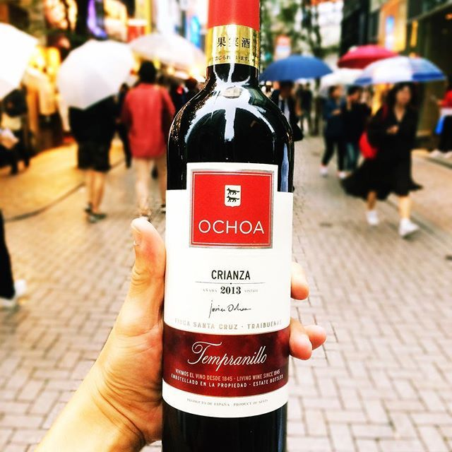 Ochoa Crianza/オチョア クリアンサ Spain/Navarra Bodegas Ochoa Tempranillo  ヨーロッパの有名ワインスクールで「綺麗に造られたテンプラニーリョのお手本」として教材で使用されている、香り高く優しい味わいの赤ワイン  ボデガス・オチョアのフラッグシップ。造り手の哲学が良く表れているワインで、スペイン国内でもテンプラニーリョ種のお手本として認知されています。 アメリカンオークの樽で12ヶ月熟成。 チェリーレッドのトーンを含む濃いルビー色。 ブドウ本来の優しい赤果実の香りに、オーク特有のバニラのタッチ。 まろやかな味わいで、熟した果実と柔らかいタンニンが心地良く、1本を通して楽しめる赤ワインです。  Follow us on!! →@spainbarrefrain #新宿Refrain#スペインバル#バル #お洒落#隠れ家#パーティー #スペイン料理#新宿#ディナー #ワイン#カクテル#酒 #女子会#飲み会#ビール #パエリア#ラムチョップ #デート#肉#記念日 #party#bar#dinner…