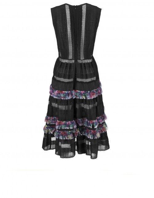 Czarna koronkowa sukienka bez rękawów. Uszyta z dwóch rodzajów tkanin. Ciekawy charakter nadają  różnobarwne frędzle idealnie wkomponowane między elementy koronkowe. Długość do połowy łydki. Zapinana z tyłu na suwak. Prać ręcznie w 30 stopniach. Modelka na zdjęciu nosi rozmiar 36 i ma 174 cm wzrostu.