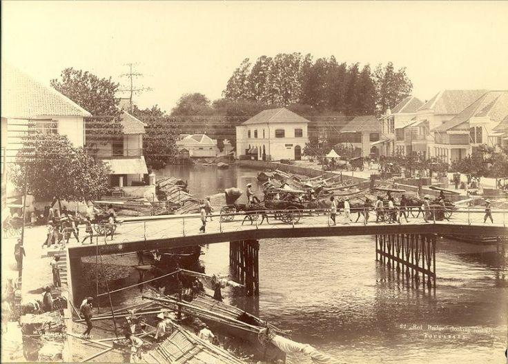 Stadsgezicht (De Roode Brug) van Surabaya, Indonesië (1890-1900) Jembatan Merah dilihat dari selatan.