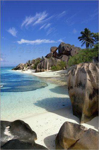 Die Strände und Küsten der Seychellen gehören zu den schönsten der Welt. Ein Flug von Deutschland in das Paradies dauert aber schon mal bis zu 9 Stunden. Trotzdem muss man nicht auf die Schönheit des Inselstaates verzichten und kann sich das Stück eines bezaubernden Strandes als Poster nach Hause holen.