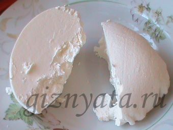 """домашний сыр маскарпоне.Сливки надо брать 18-30%, в идеале лучше 22-25%. Если сливки домашние, то берите не """"первые"""" сливки (их используют на масло), а """"вторые"""", они не такие жирные. Очень жирные сливки не сворачиваются, поэтому сыр не получается. В крайнем случае, можно разбавить жирные сливки молоком, но опять же смотрите, чтобы молоко не было слишком жирным, лучше разбавлять магазинным. Маскарпоне делают при помощи створаживания сливок белым винным уксусом, именно с ним я всегда и делала"""