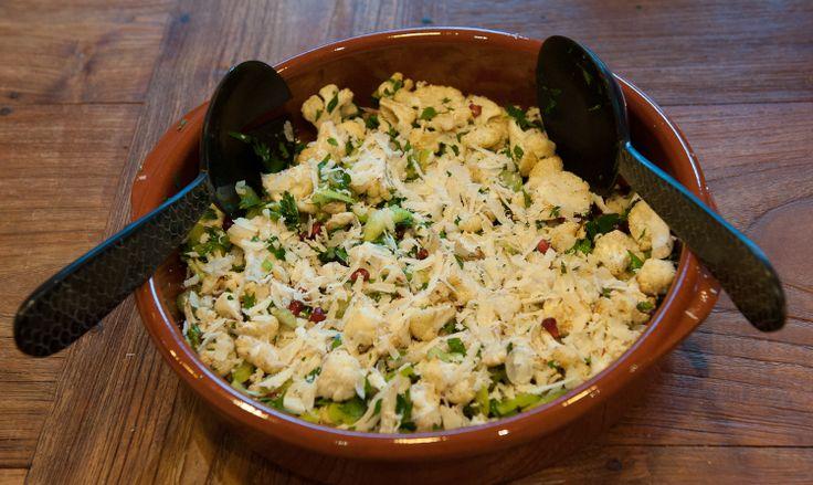 Salade van gegrilde bloemkool en hazelnoot, een recept van Ottolenghi.