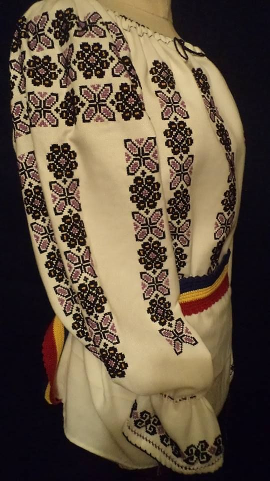 Traditional Romanian blouse (IIE) by Atelier de Costume Populare si Broderie Bedeciu