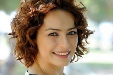 Ayça Bingöl Kimdir Ayça Bingöl, 16 Ocak 1975 yılında İstanbul'da doğdu.1998 yılında İstanbul Üniversitesi Devlet Konservatuarı Tiyatro Bölümü`nden mezunolmuştur. 1996 da Haldun Dormen Tiyatrosunda...