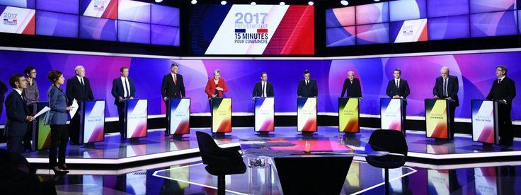 Les onze candidats à l'élection présidentielle, le 20 avril 2017, sur le plateau de France 2 à Saint-Cloud (Hauts-de-Seine).   MARTIN BUREAU / AFP