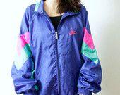 Vintage Nike cazadora/chaqueta con cremallera y bolsillos. Forrado  ✿Label: Nike  ✄SIZE: M  ✄MEASUREMENTS:  • Hombros, costura a coser: 31 • Pecho, axila a axila: 25 • Brazos: 18 • Longitud: 29  ✿! Está en buenas condiciones! ✿   Si desea ver fotos adicionales o tiene alguna otra pregunta, no dude en preguntar!  Envío:  Los artículos se envían con número de seguimiento y correo de prioridad. Envío generalmente tarda 2-4 semanas a Estados Unidos, Australia, Canadá, 10-14 días y a UE…