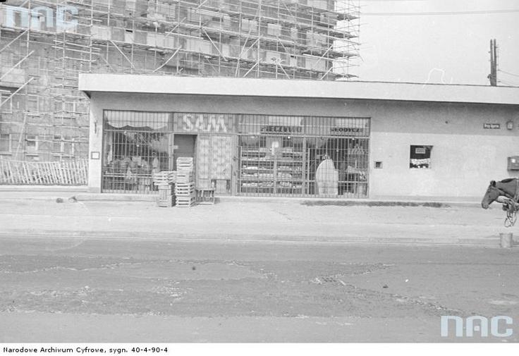 """Sklep spożywczy """"Sam"""" na ul. Przy Agorze 2 w Warszawie, 1966 - 1972"""
