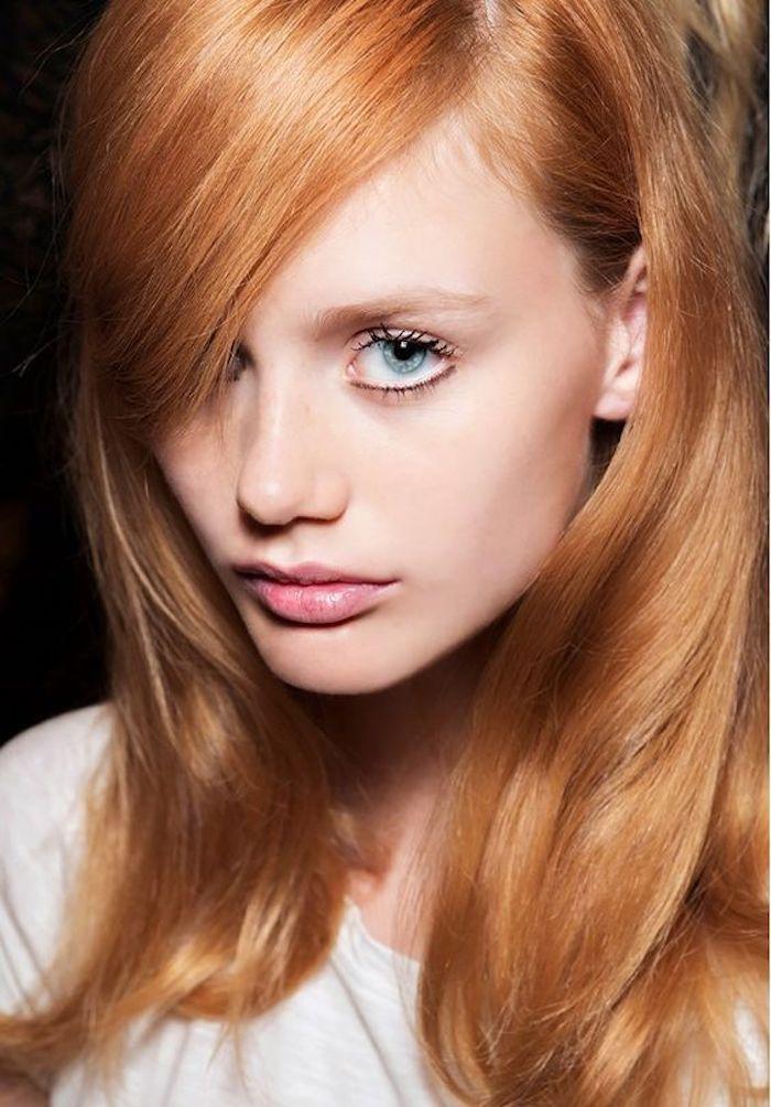 des cheveux roux brillants aux reflets blonds, des cils effet mouillet et un teint frais
