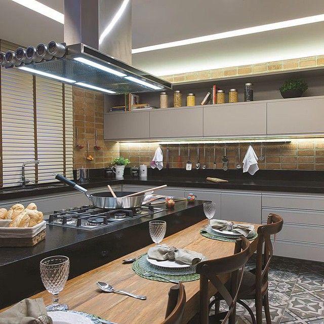 Que tal essa cozinha gourmet com tijolinhos e bancada preta?! Eu super curti! ✔️