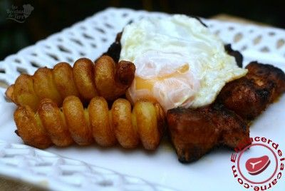 Costillas adobadas con tirabuzones de patatas y huevos fritos - Elplacerdelacarne.com