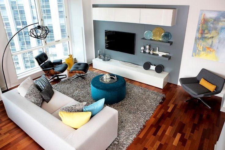 salon moderne: support tv mural, modules suspendus et fauteuil Eames