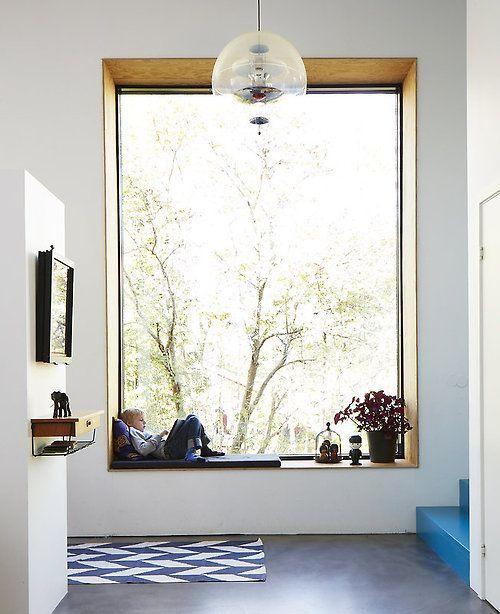 Raam met brede vensterbank als zithoek
