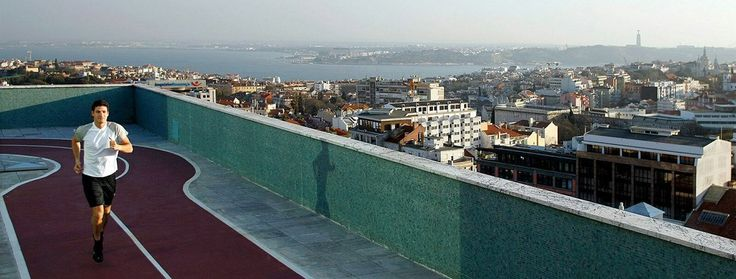 Piste de jogging sur le toit du Four Seasons Hotel Ritz Lisbonne avec vue imprenable sur la ville aux 7 collines.