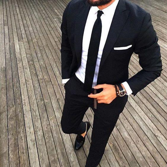 Acheter la tenue sur Lookastic: https://lookastic.fr/mode-homme/tenues/costume-chemise-de-ville-slippers/21034   — Chemise de ville blanche  — Pochette de costume blanc  — Cravate noir  — Costume noir  — Slippers en cuir noirs