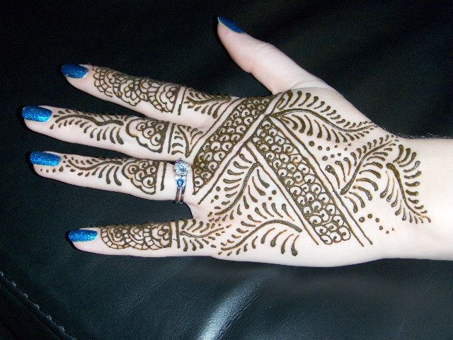 These are some of the simple Henna tattoo designs you must try. Before getting anything related to Henna done any where your body make sure you are not