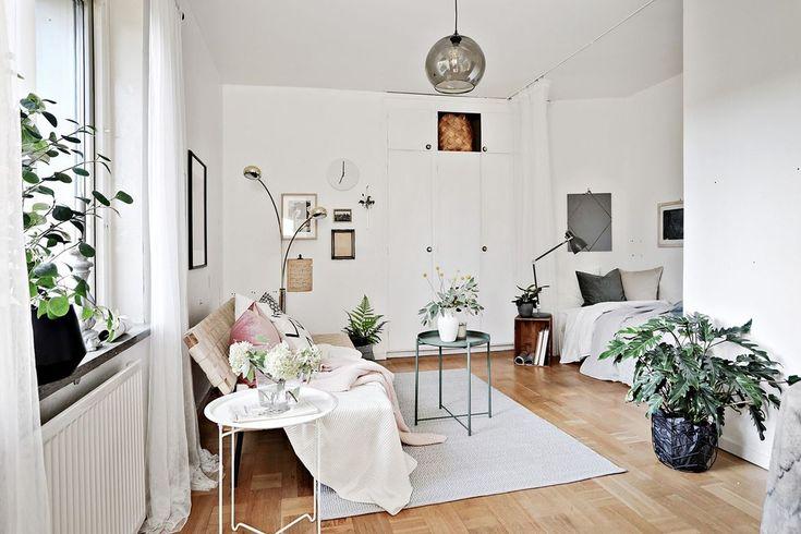 Allrum som rymmer säng, soffa och mindre matbord. Bildradiogatan 6 - Bjurfors