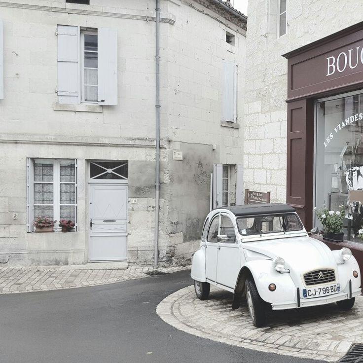 2 CV dans les rues d'aubeterre en Dordogne, parmi les plus beaux villages de France