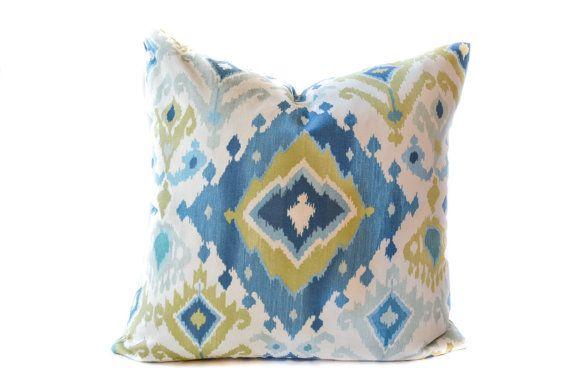 Una cal azul, verde y blanco ikat almohada impresión cubierta traerá un…